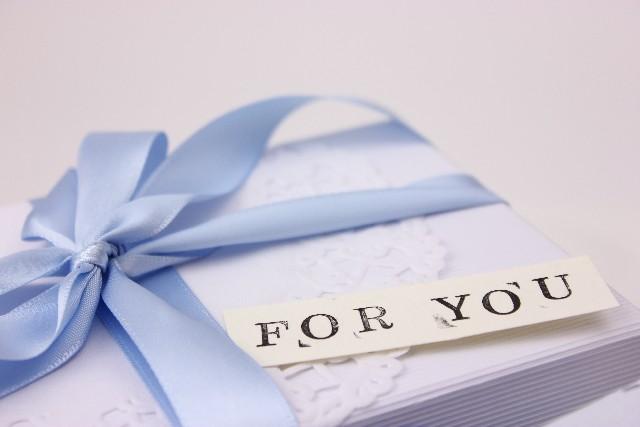青いリボンでラッピングされたプレゼント