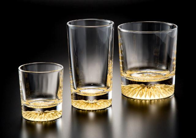 大きさの異なる3つの透明なグラス